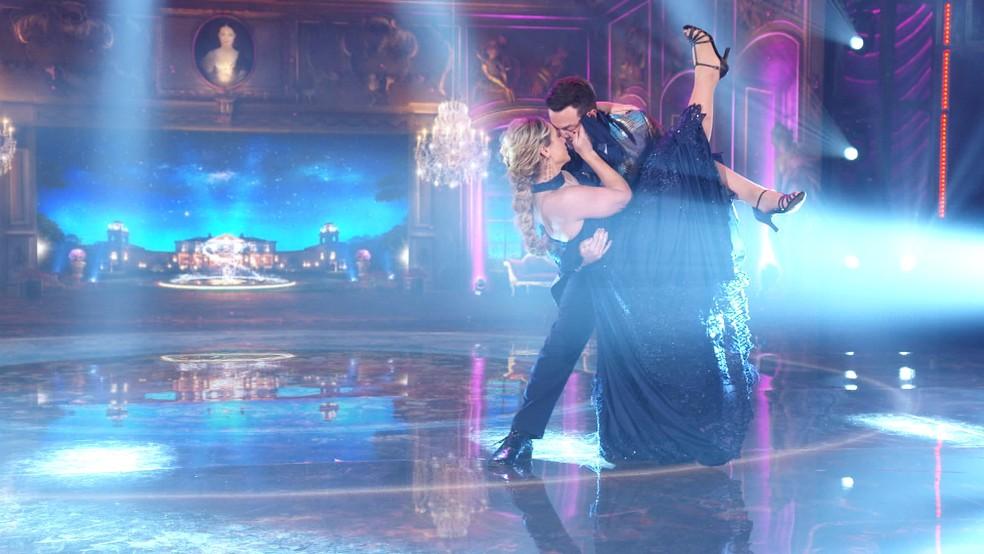 Paolla Oliveira e Leandro Azevedo dançam valsa na final do Super Dança dos Famosos — Foto: Globo