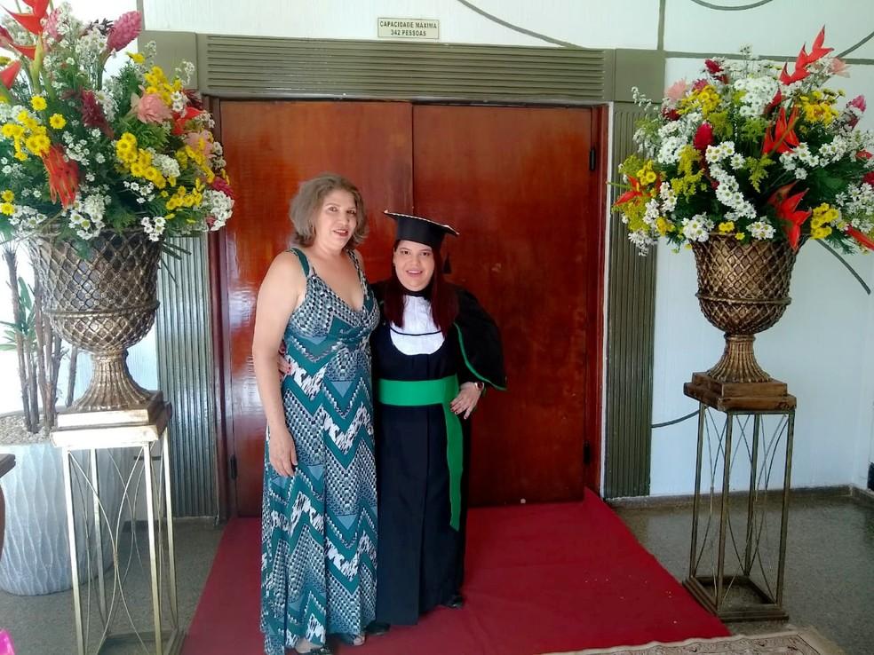 Bruna, com a mãe — Foto: Bruna Mikaelle Salapata/Arquivo pessoal