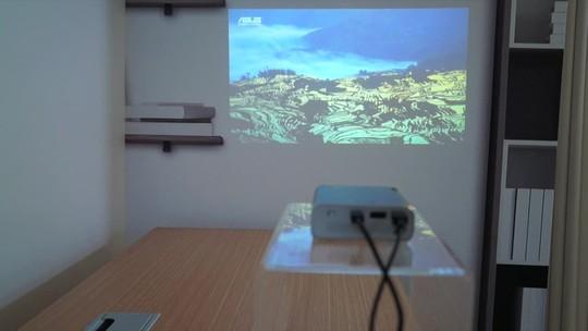ZenBeam é o projetor para celular que substitui TV de 80 polegadas