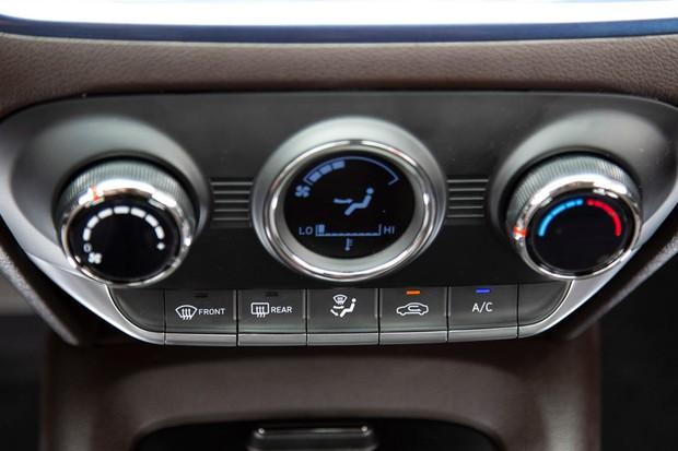 Ar-condicionado não é totalmente digital, só a telinha central (Foto: Fabio Aro/Autoesporte)