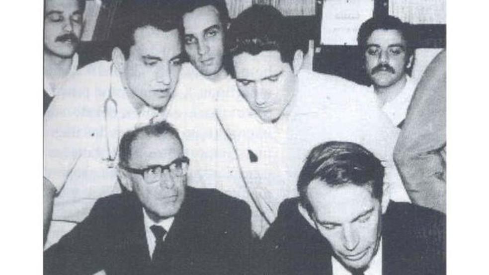Equipe chefiada por Zerbini (canto inferior esquerdo da foto) foi a quinta a fazer um transplante de coracão no mundo, meses após o sul-africano Christiaan Barnard (canto inferior direito) (Foto: Reprodução Acervo Noedir Stolf)