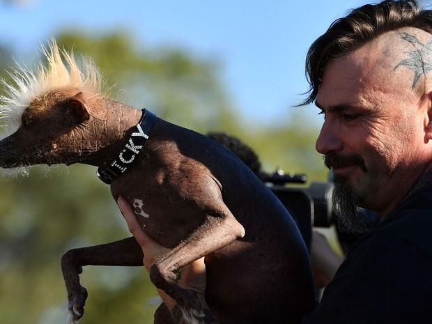 Jon Adler segura cão Icky, um dos participantes da tradicional competição (Foto: Josh Edelson/AFP)