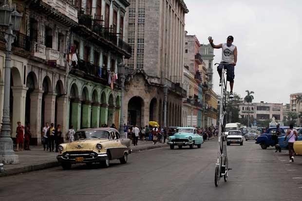 Felix Guirola anda com bicicleta de 3,45 metros em Havana. (Foto: Franklin Reyes/AP)