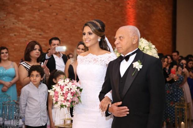 A noiva Carol Santos caminha de braço dado com o tio Augusto (Foto: Deividi Corrêa/AgNews)