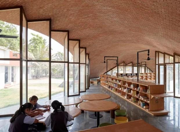 As portas e janelas de vidro fazem com que a biblioteca possua iluminação natural (Foto: sP+a/ Reprodução)