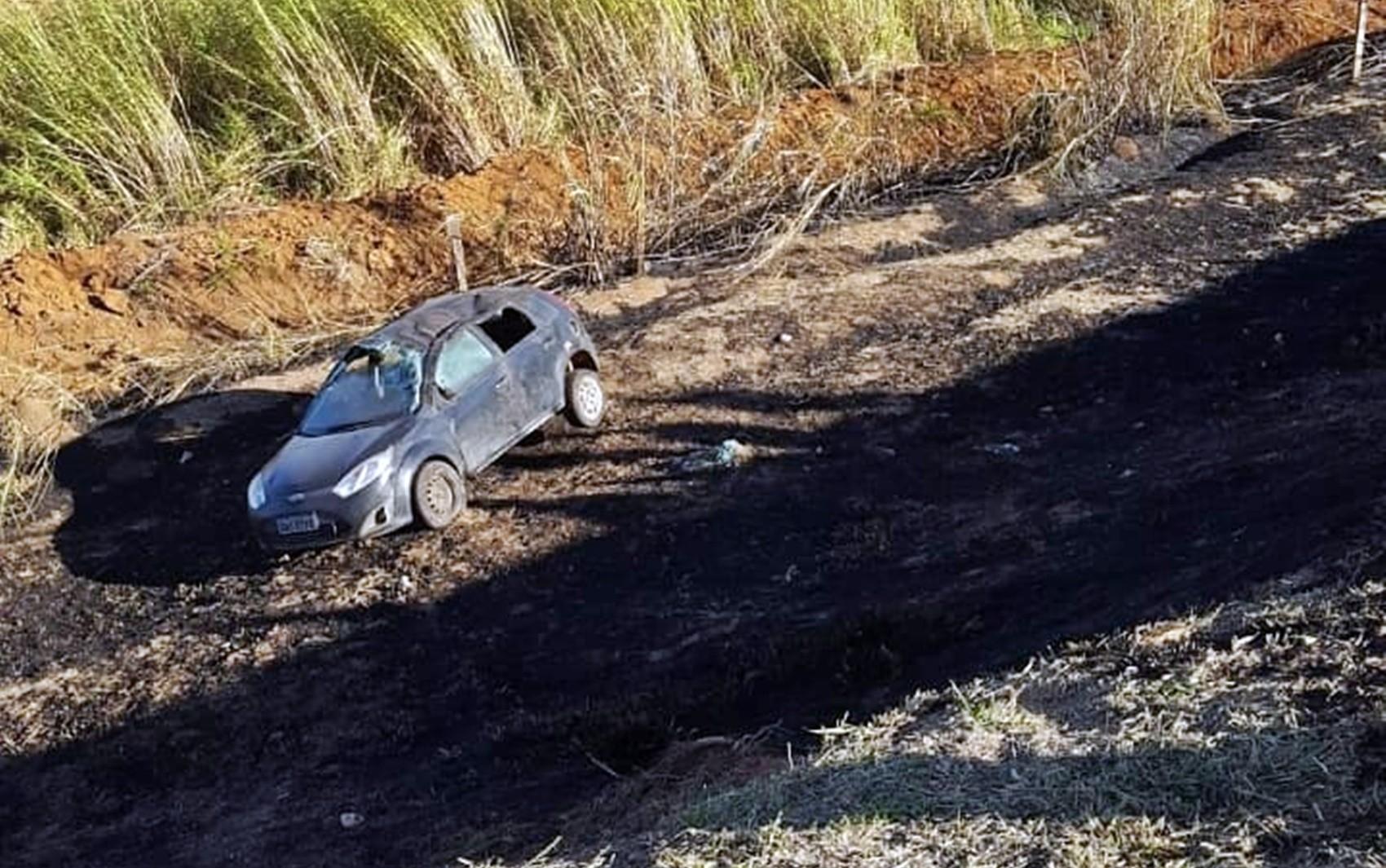 Carro cai em barranco de 40 metros após pneu estourar em Guaxupé, MG  - Notícias - Plantão Diário