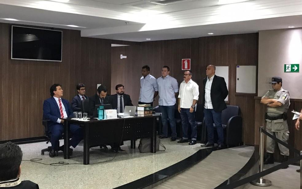 PMs acusados de integrar grupo de extermínio (de pé) são julgados por matar suspeito de roubo em Goiânia  — Foto: Vitor Santana/G1