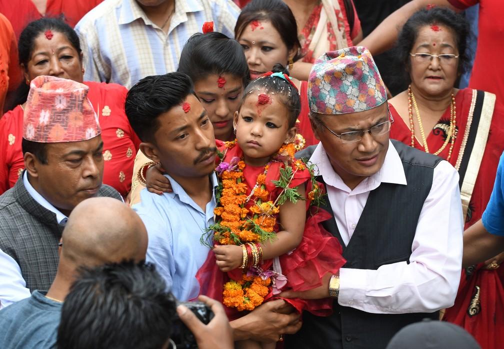 Trisnha Shakya, nova 'deusa viva' no Nepal, é levada por seu pai a palácio onde ficará reclusa pelos próximos 9 anos (Foto: PRAKASH MATHEMA / AFP)