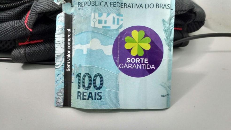 A nota na verdade era uma peça publicitária e o idoso só perceber ao abri-la (Foto: Imprensa Jaú/ Divulgação )