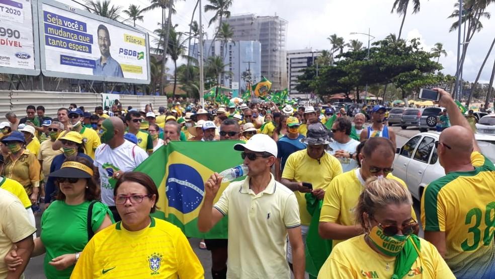 Em Maceió, manifestantes se reuniram na avenida da orla — Foto: Josualdo Moura/TV Gazeta