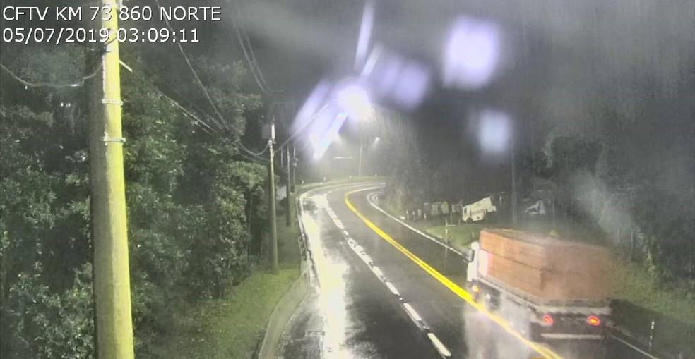 Rodovia dos Tamoios é interditada no trecho de serra por risco de queda de barreiras — Foto: Concessionária Tamoios/Reprodução