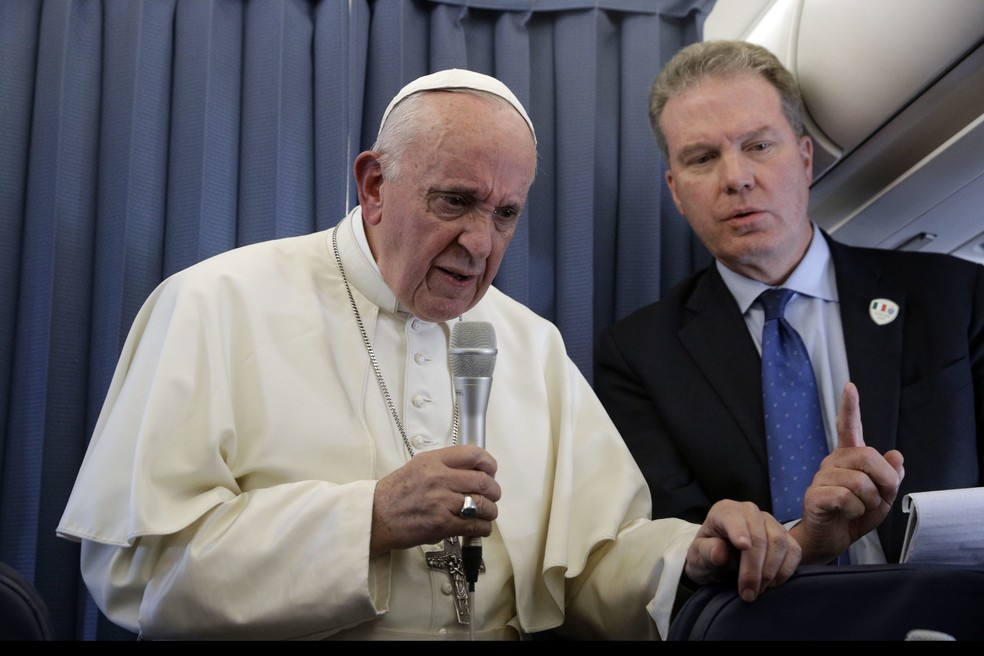Papa Francisco dá entrevista a jornalistas em avião durante da Irlanda à Roma (Foto: Gregorio Borgia, Pool/AP Photo)