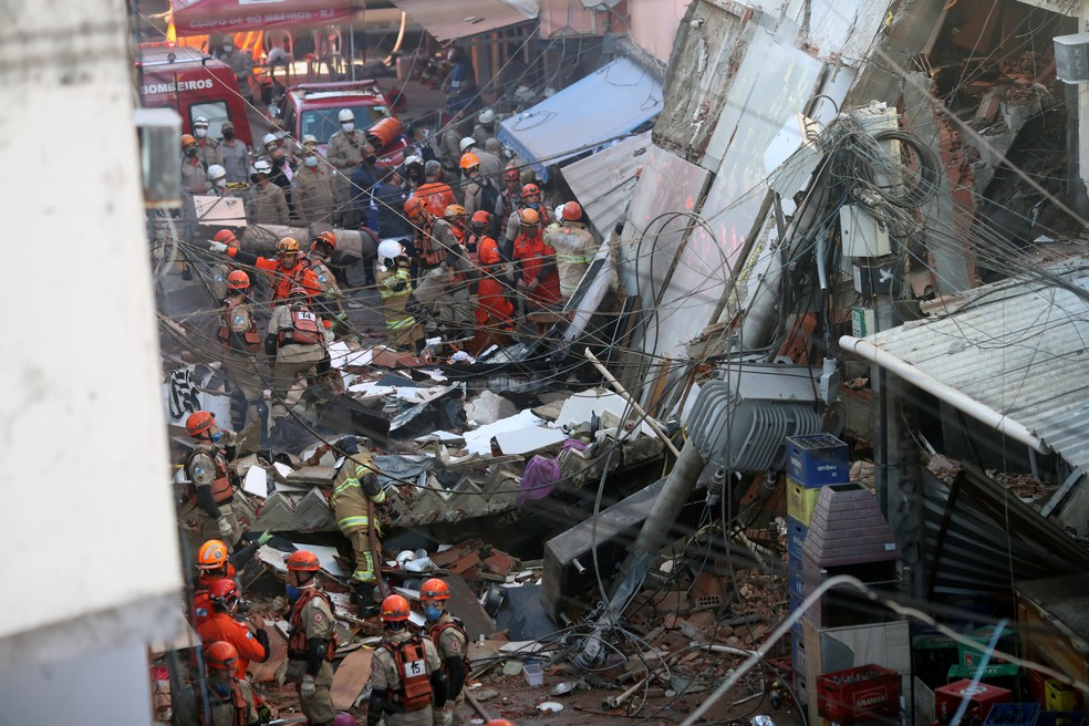 Bombeiros e equipes da Defesa Civil trabalham no resgate às vítimas do desabamento de um prédio em Rio das Pedras — Foto: Ricardo Moraes/Reuters