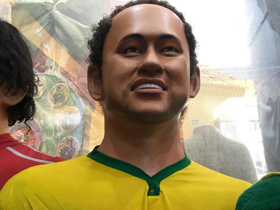 Boneco gigante de Neymar aguarda definição do penteado que será usado na Copa do Mundo 2018 (Foto: Thays Estarque/G1)