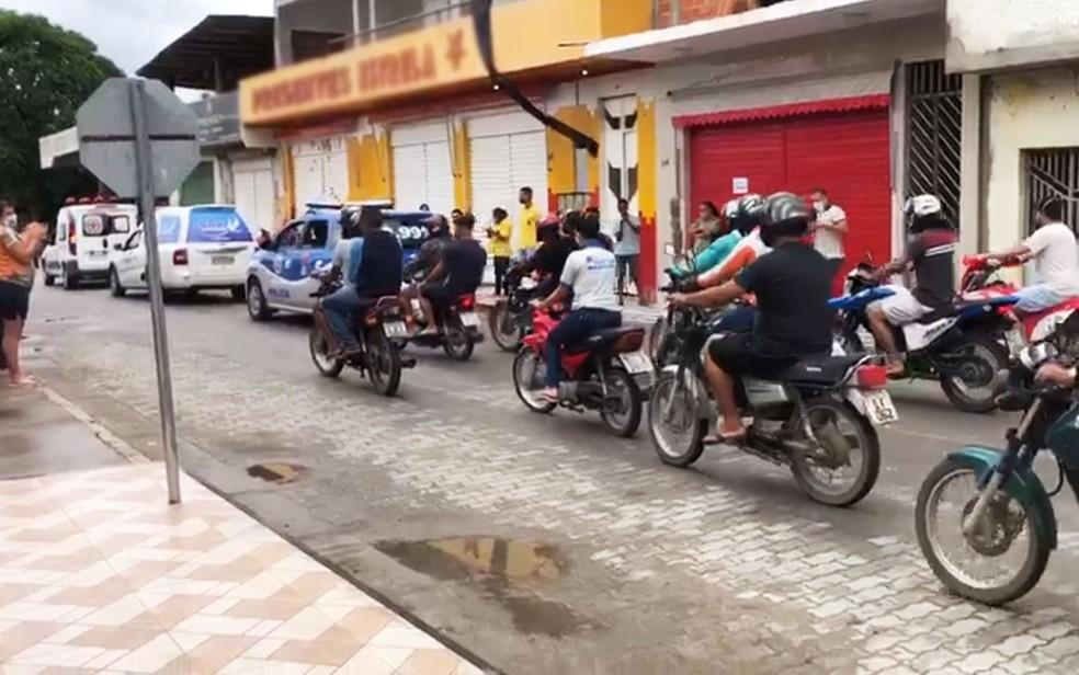 Moradores de Elísio Medrado fizeram carreara e seguiram de moto na despedida a Jotinha, na Bahia — Foto: Redes Sociais