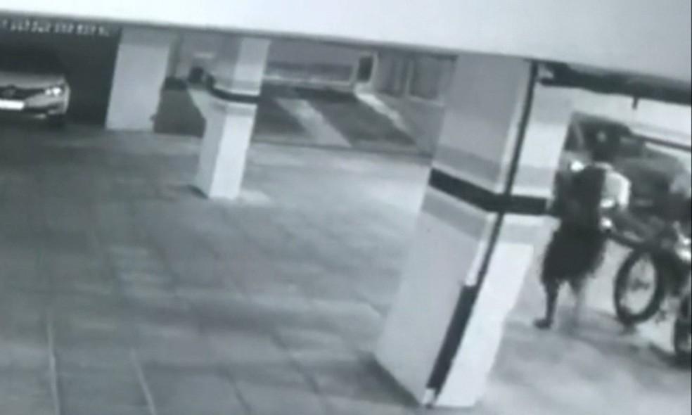 Vídeo flagra roubo de bicicleta elétrica em condomínio de João Pessoa — Foto: TV Cabo Branco/Reprodução