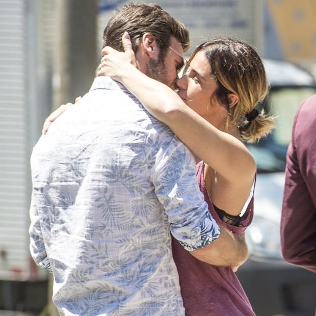 Luzia (Giovanna Antonelli) troca beijo apaoxinado comBeto (Emílio Dantas) ao sair da prisão. Cena será exibida nesta segunda-feira (5) (Foto: João Cotta/TV Globo)