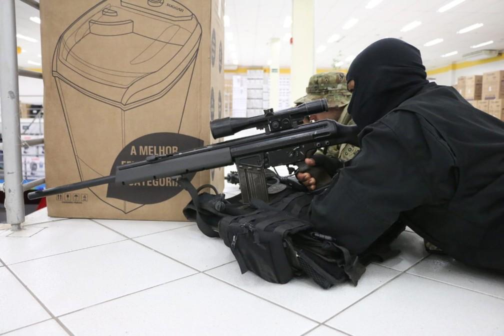 Policiais de unidades especializadas atuaram durante a negociação com os suspeitos — Foto: Alberto Maraux/ SSP-BA