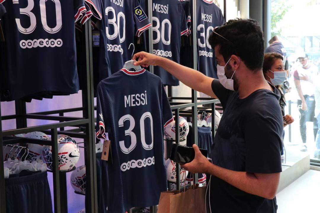 Torcedores do Paris Saint-Germain de olho na camisa de Messi, com o número 30