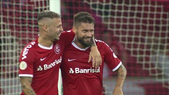 """Após derrota diante do Inter, Douglas lamenta falha em gol de Sobis: """"Por milímetros"""""""