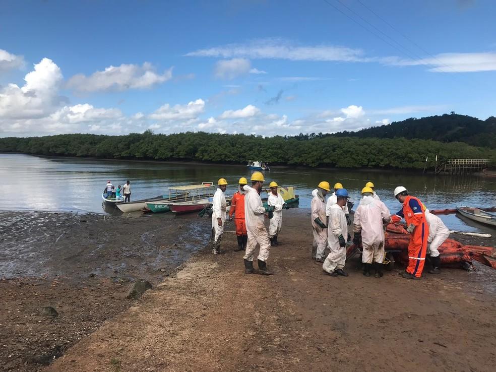 Duto da Petrobras apresentou vazamento e óleo atingiu rio em Candeias, na Bahia (Foto: Divulgação/Prefeitura de Candeias)