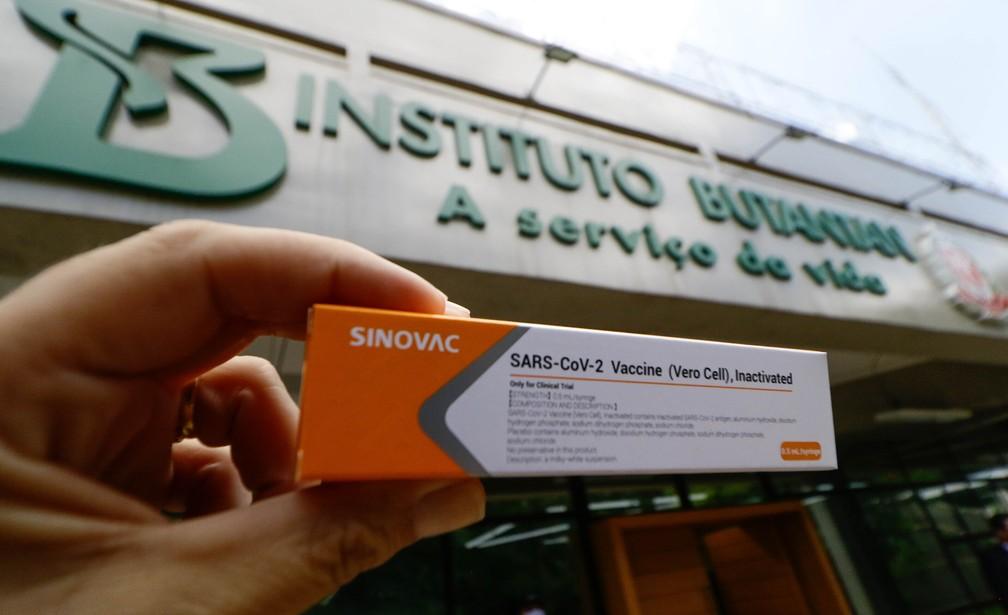 Pessoa segura caixa da Coronavac, vacina contra a Covid-19, em frente à sede do Instituto Butantan em São Paulo. — Foto: Aloisio Mauricio/Estadão Conteúdo
