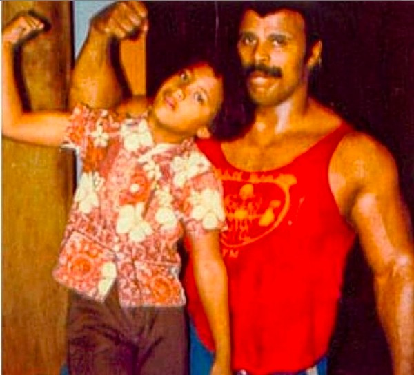 O ator Dwayne The Rock Johnson em foto de infância com o pai, Rocky Johnson (Foto: Instagram)