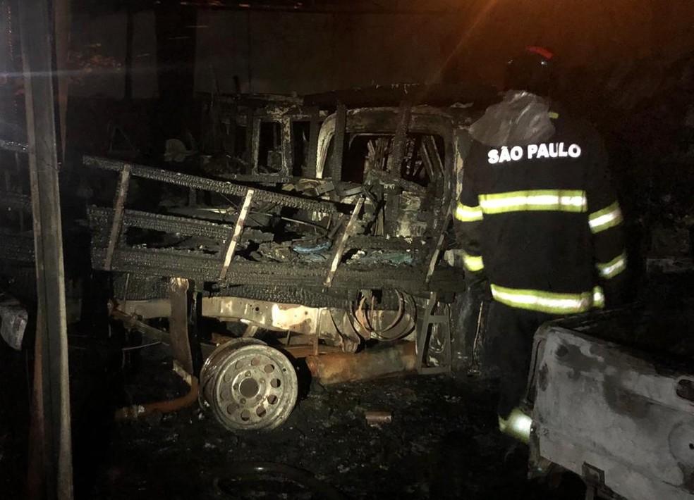 Suspeita é que fogo tenha sido causado por um curto circuito em um dos veículos — Foto: Corpo de Bombeiros/Divulgação