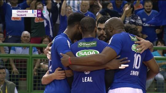 3º set: Bloqueio do Cruzeiro funciona outra vez e time mineiro abre 2 a 1 no jogo. 25/18