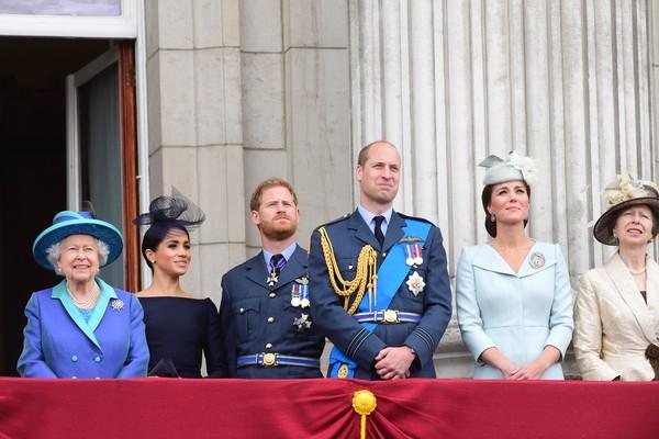 A atriz e duquesa Meghan Markle em evento na companhia da Rainha Elizabeth 2ª e outros membros da Família Real (Foto: Getty Images)