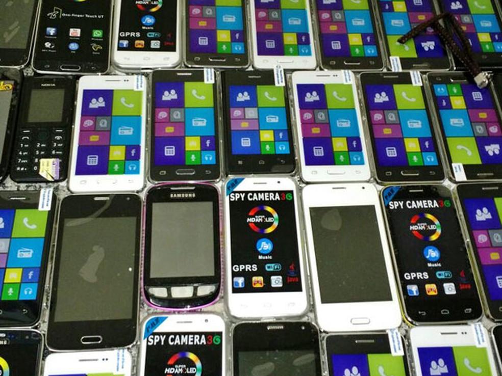 Milhares de aparelhos de celular, baterias e acessórios piratas foram achados em depósito no Centro da capital — Foto: Polícia Civil/Divulgação