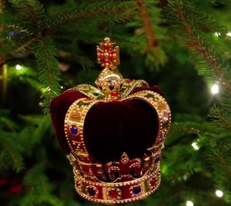 Bola de Natal de veludo em formato de coroa (Foto: Reprodução / Instagram)