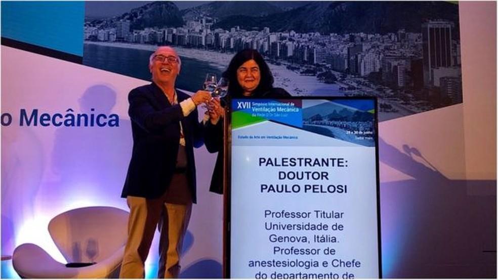 Carmen Barbas ao lado do colega e professor da Universidade de Gênova Paolo Pelosi durante encontro internacional de médicos intensivistas no Rio de Janeiro — Foto: Paolo Pelosi