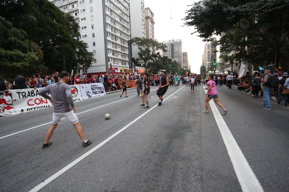 SÃO PAULO, 17:29: Em plena Avenida Paulista, manifestantes simulam uma partida de futebol arbitrada por um homem que representava o juiz Sérgio Moro, nesta sexta (14) — Foto: Celso Tavares/G1