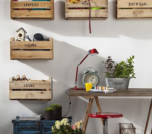 Parafusados na parede, os caixotes organizam os itens da casa por categoria (Foto: Carlos Cubi / Casa e Jardim)