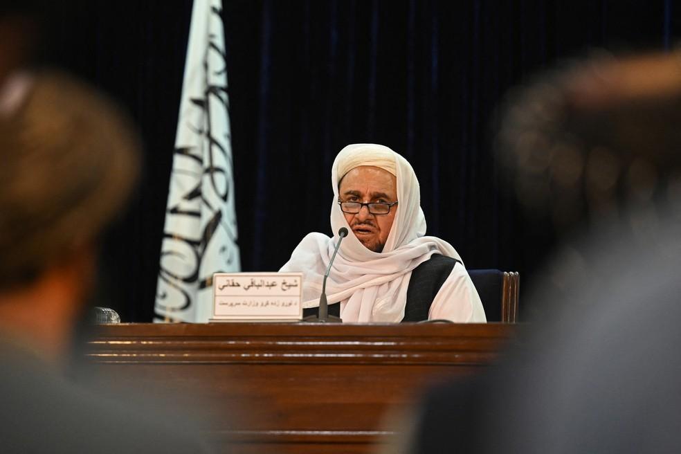 Abdul Baqi Haqqani, ministro de Ensino Superior do novo governo do Talibã, fala em uma conferência de imprensa, em Cabul — Foto: Aarmi Qureshi/AFP