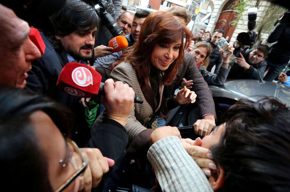 Senadora e ex-presidente Cristina Kirchner deixa sua casa para prestar depoimento nesta segunda-feira (13) (Foto: Marcos Brindicci/REUTERS)