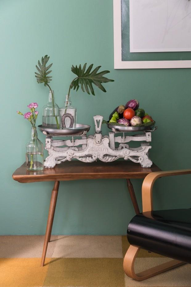 Fruteira. A balança antiga, da Maria Jovem, é uma ótima opção para armazenar frutas e legumes. Mesa da 2 de Paus (Foto: Cacá Bratke / Editora Globo)