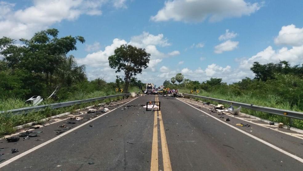 Rodovia foi interditada pela Polícia Rodoviária Federal. (Foto: Divulgação/ PRF)