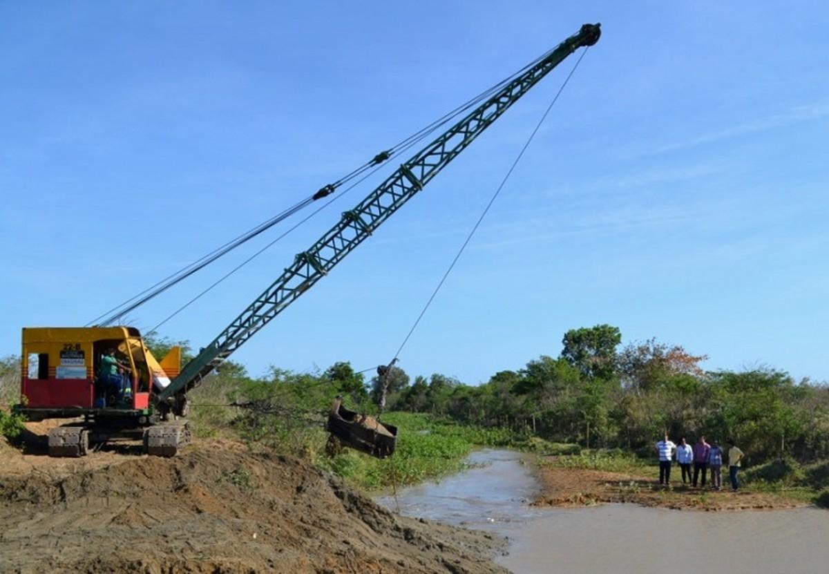Limpeza de canal para levar mais água a distritos de São João da Barra, RJ, é iniciada