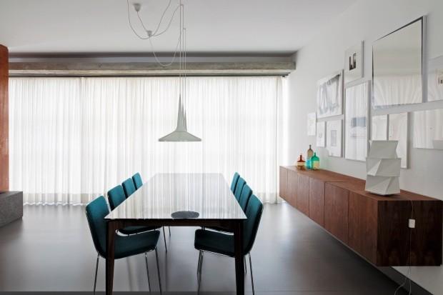 Pegada moderna. Nesta sala de jantar, o arquiteto Gustavo Calazans usou uma cortina de gaze de linho sobreposta a uma tela solar, ambas da Progetto Persianas. Os dois trilhos suíços foram fixados na viga de concreto do apartamento (Foto: Cacá Bratke / Divulgação)