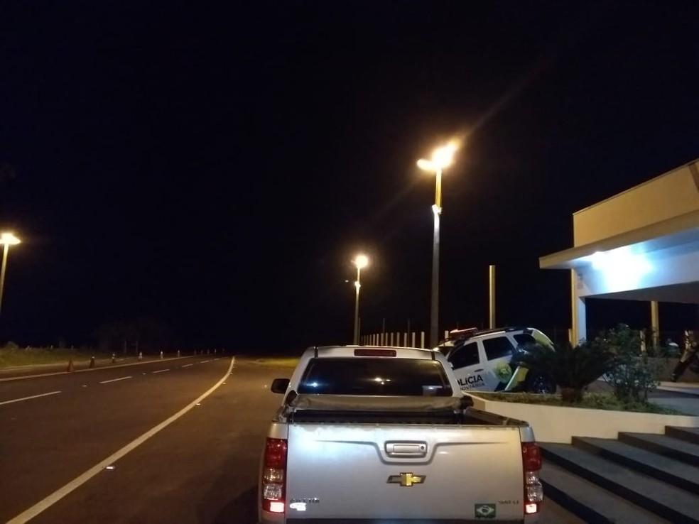 Caminhonete foi apreendida com dois suspeitos (Foto: PRE/Divulgação)