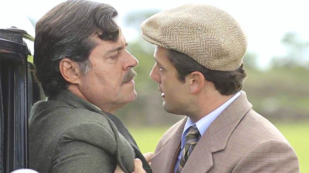 Danilo (Rafael Cardoso) consegue desarmar Eugênio (Felipe Camargo) e fica cara a cara com o pai de sua amada — Foto: TV GLOBO