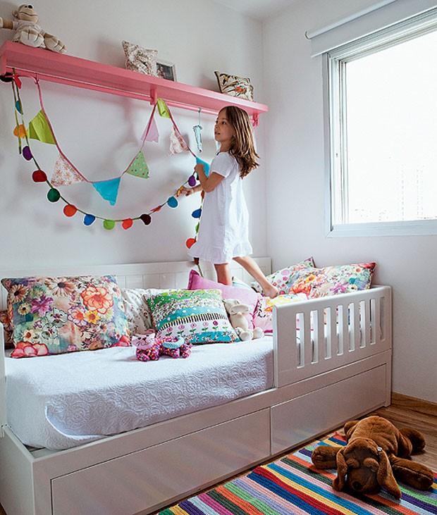 Além do modelo tradicional, neste quarto infantil há também bandeirinhas redondas, todas com tecidos coloridos (Foto: Lufe Gomes/Casa e Jardim)