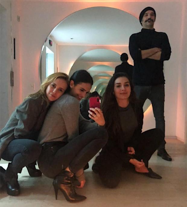 Fernanda Nobre, Bruna Marquezine, Marina Moschen e o diretor Mauro Lima (Foto: Reprodução/Instagram)