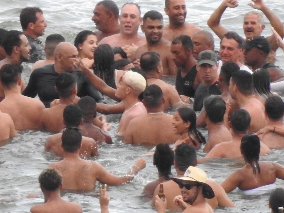 Bolsonaro faz passeio de barco no litoral de SP e pula no mar para falar com banhistas — Foto: Nelson Baade/Arquivo Pessoal