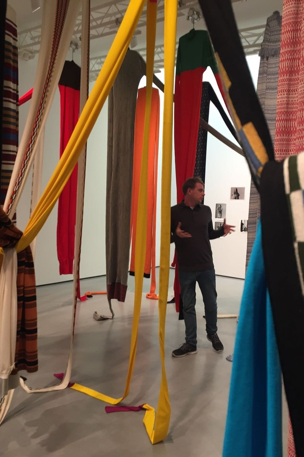 Jonathan Anderson surrounded by his jumpers (Foto: NATASHA COWAN)