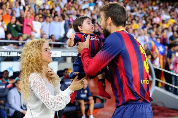 Shakira e Gerard Piqué com o pequeno Milan (Foto: Getty Images)