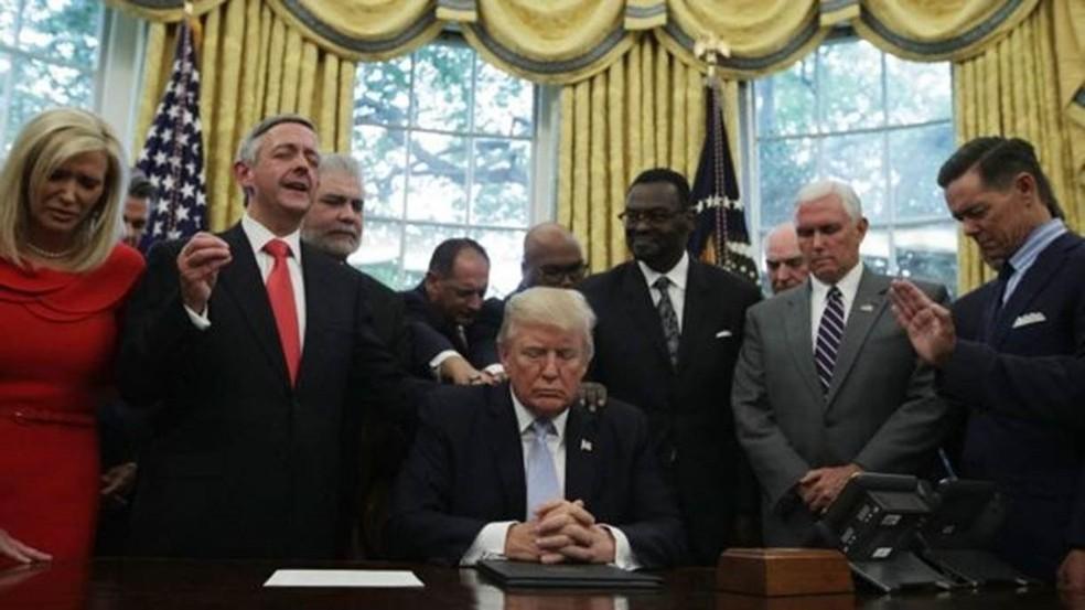 Donald Trump já mandou comentários e elogios escritos em letras de forma aos textos do professor que ensina a Bíblia a integrantes do gabinete presidencial  (Foto: Getty Images/BBC)