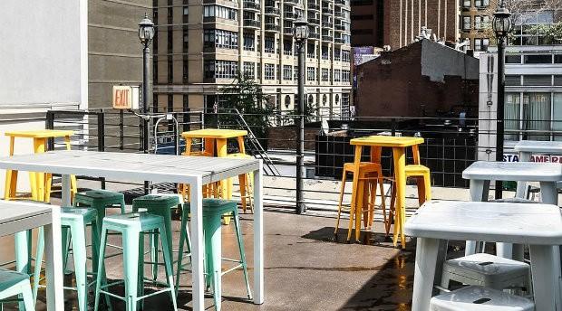 Restaurante tem terraço com vista para a cidade de Nova York (Foto: Divulgação)